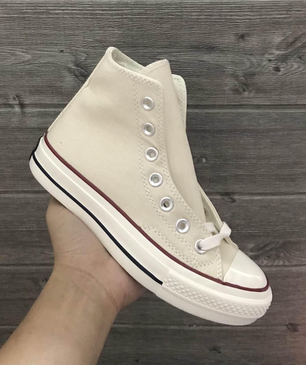 Giày Converse kem trắng cổ cao đang thịnh hành xu hướng thời trang mới hiện nay