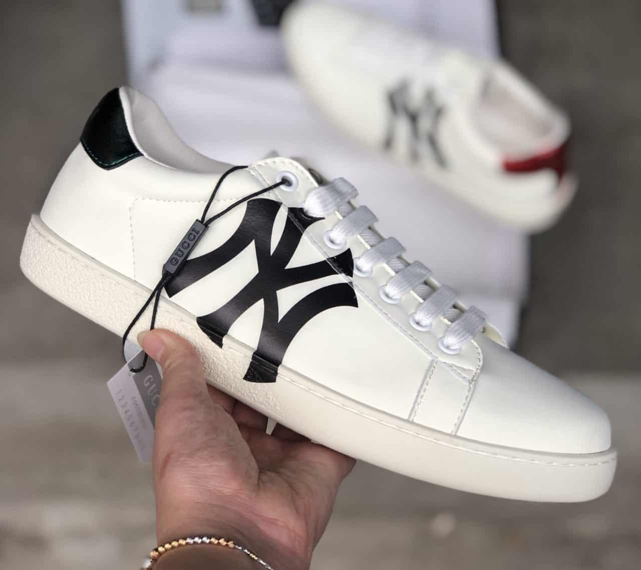 Giày Gucci ACE rep 1:1 là bản phối màu đơn giản của sự kết hợp Trắng, Đen