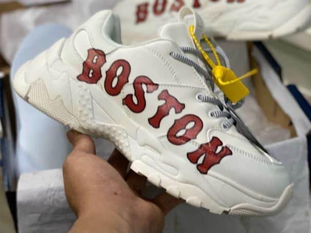 Thân giày được in logo Boston - Tên đội bóng chày nổi bật