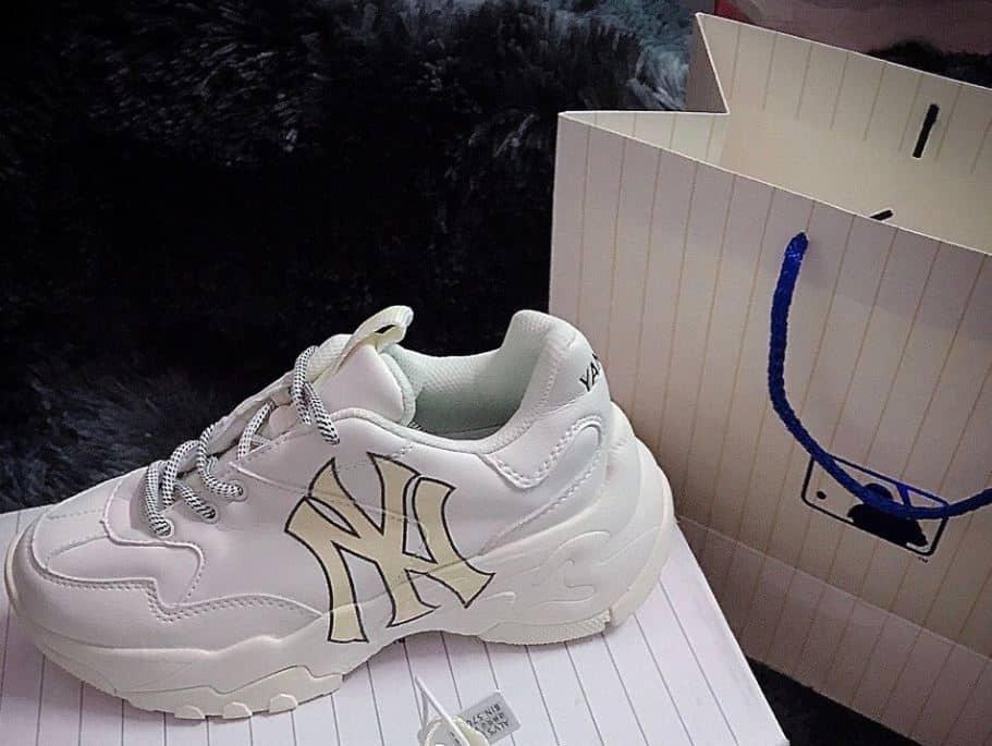 Giày MLB NY Vàng rep 1:1 có thiết kế dây và lỗ xỏ độc đáo