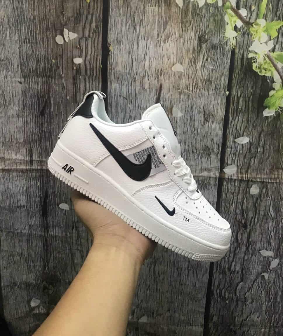 Phiên bản nổi bật với nhiều logo chạy dọc thân giày
