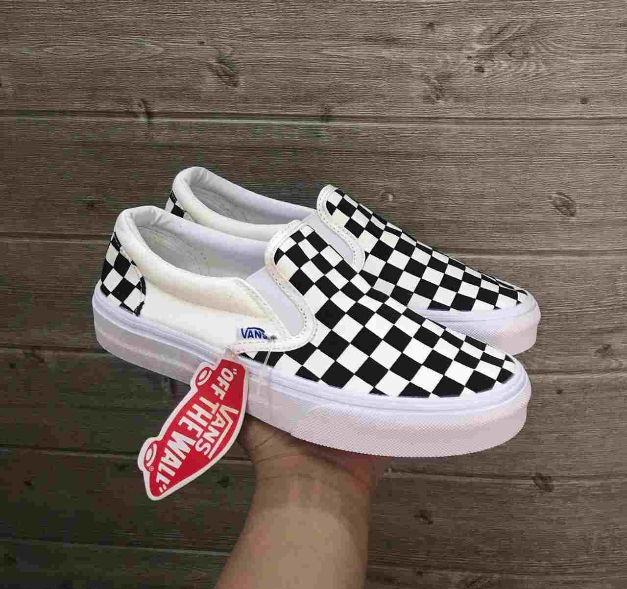 Slip-on hay giày lười có thiết kế ôm sát chân, không sử dụng dây buộc, bề mặt phía trước liền khối