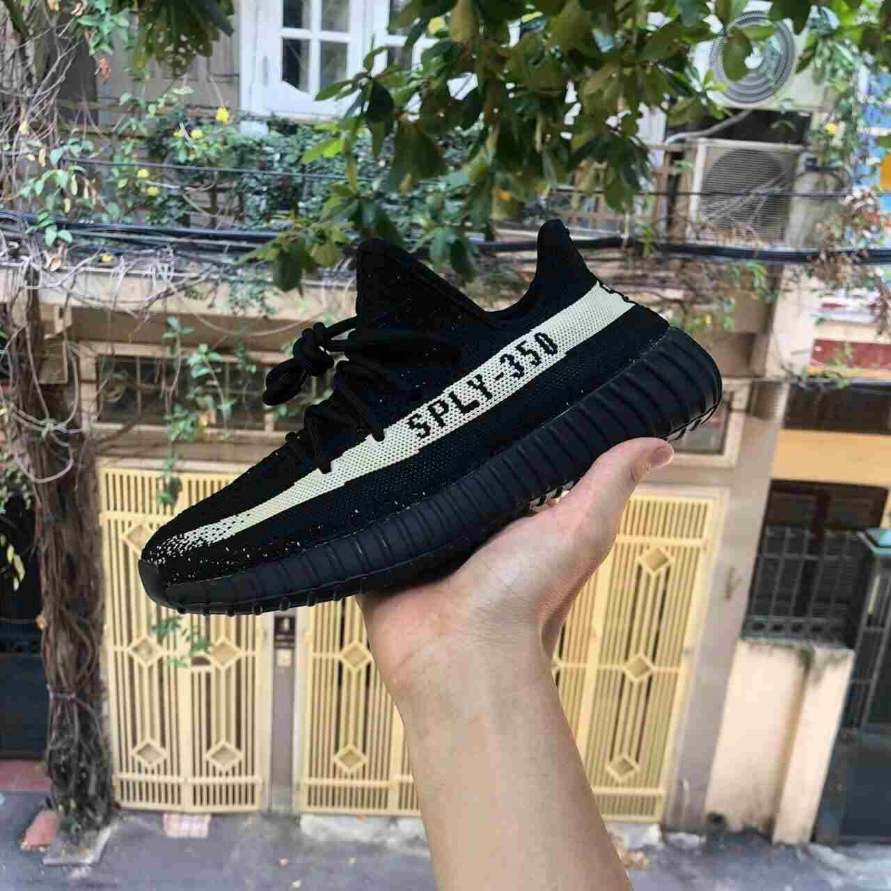 Mẫu giày YZ 350 Đen rep 1:1 có thiết kế đầy nam tính, mạnh mẽ với tông màu đen chủ đạo