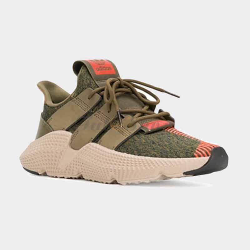 Dưới đế giày có nhiều đường vân giúp tăng ma sát, chống trơn trượt