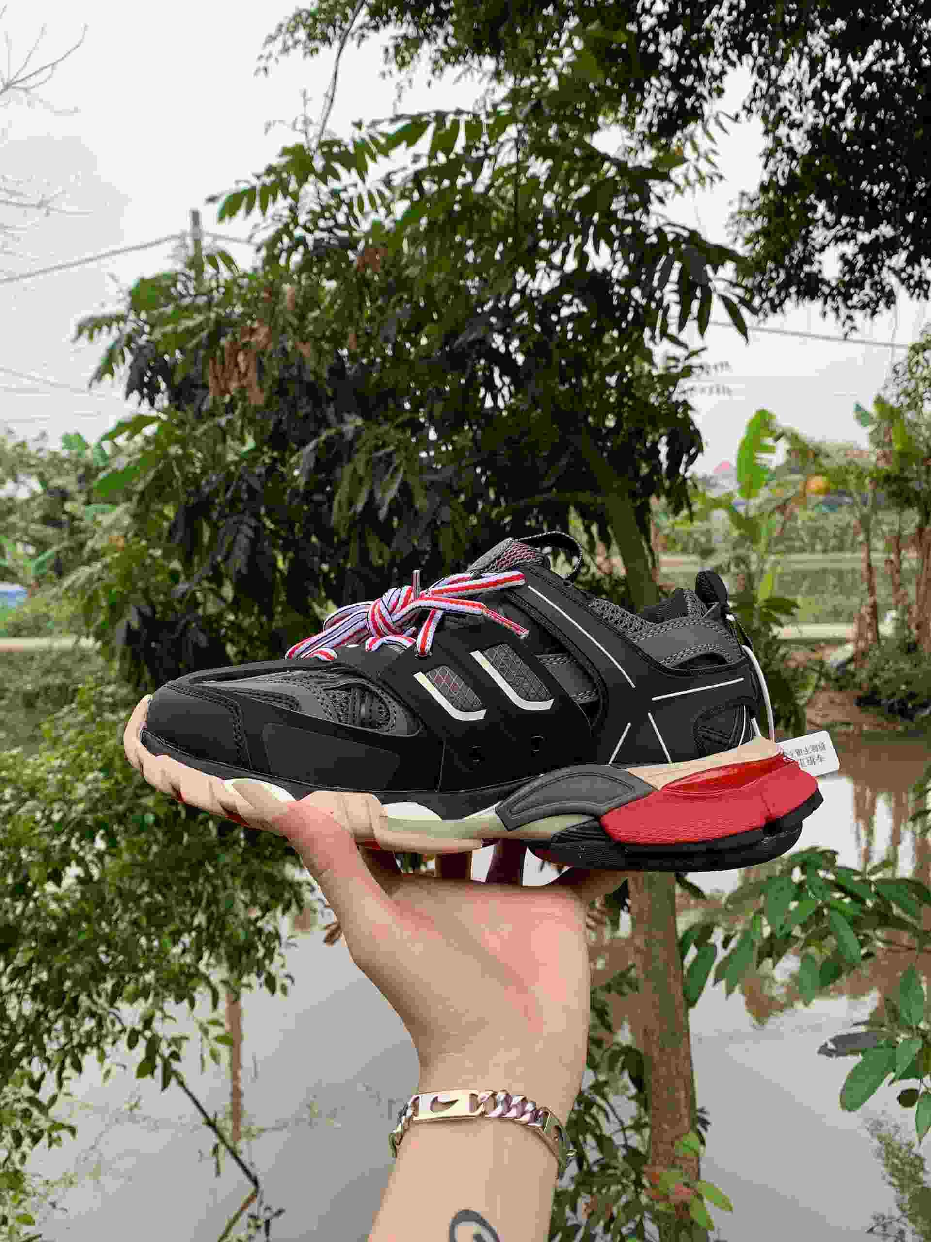 Mẫu giày Balenciaga Track Đỏ Đen rep 1:1 sử dụng cách phối màu đỏ - đen nổi bật