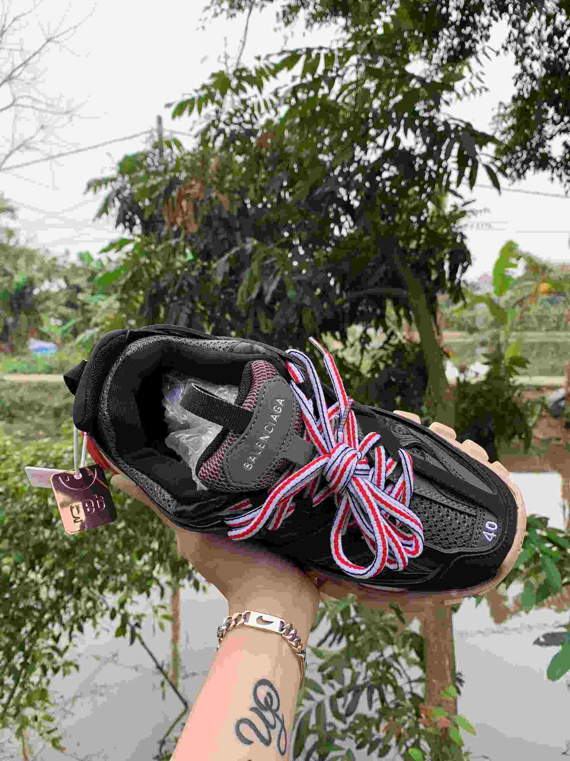Phía trong giày Balenciaga Track màu Đỏ Đen trang bị lớp đệm lót dày, bao trọn bàn chân