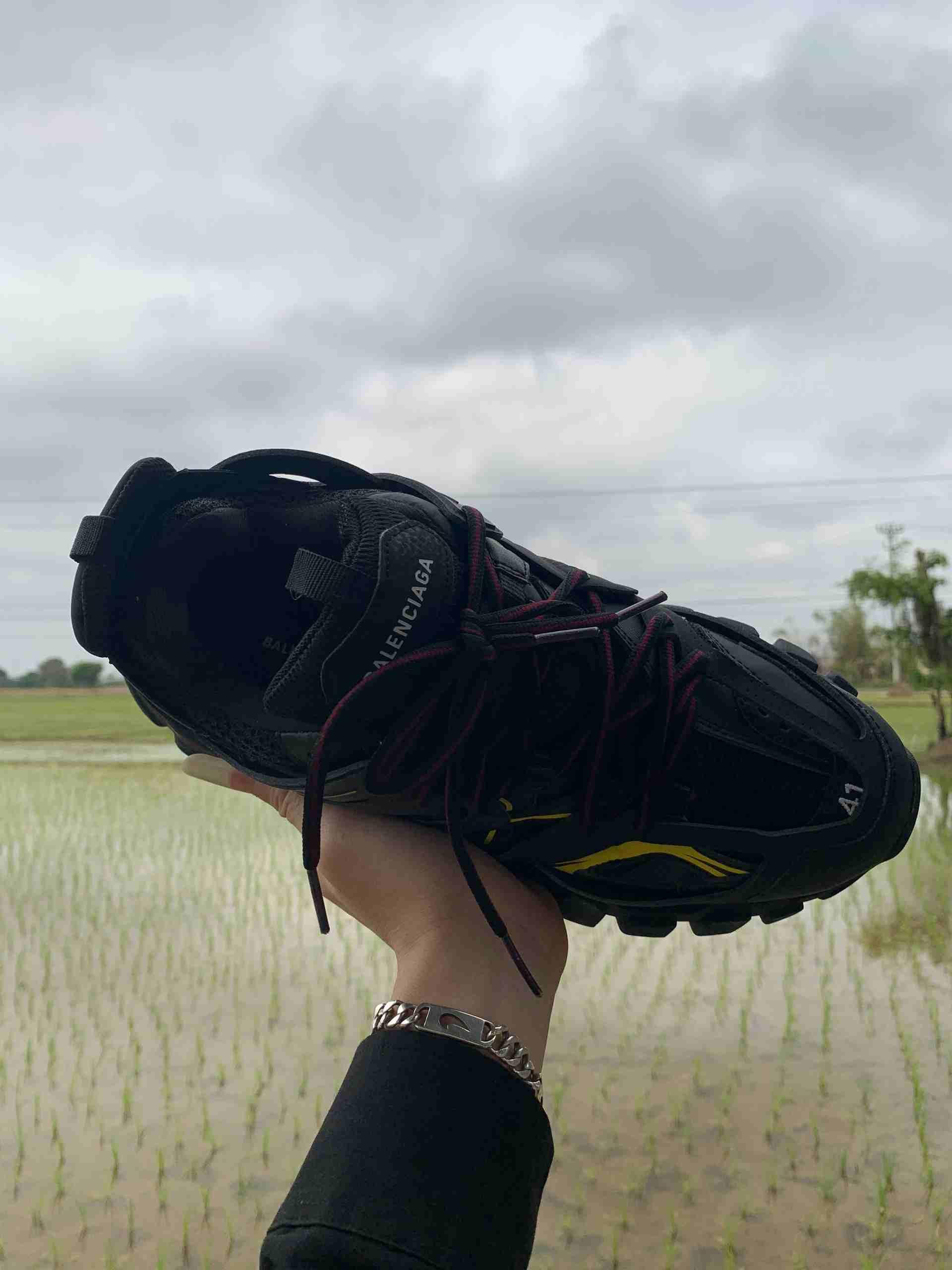 Balenciaga Track Đen Vàng rep 1:1 có thiết kế lưỡi gà cao và đệm dày nâng đỡ bàn chân