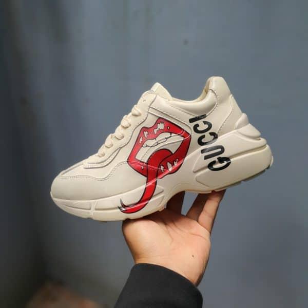 Dòng chữ Gucci chạy dọc phần thân giày đánh dấu thương hiệu