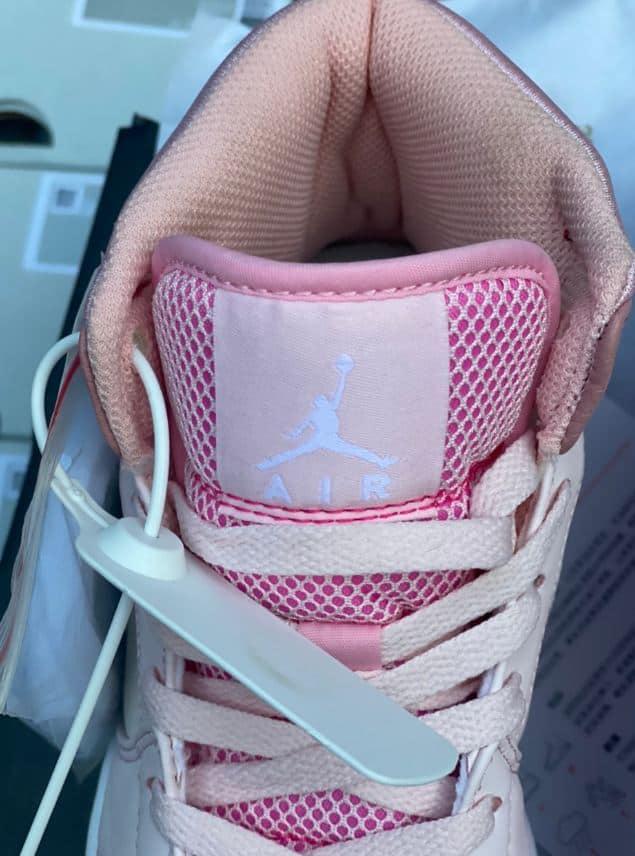 Giày Jordan 1 High Hồng rep 1:1 có mảnh nhựa móc vào thân trên giúp ghi dấu thương hiệu
