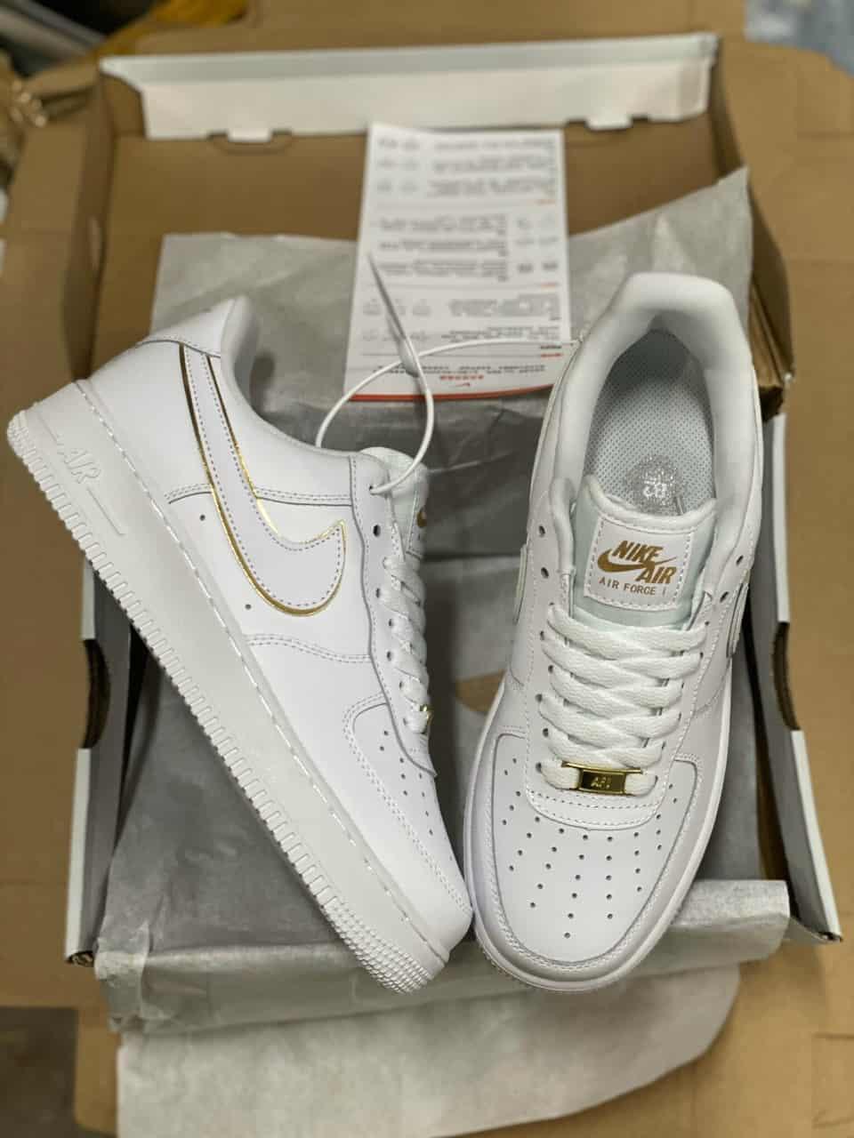 Giày Bata Nike Air Force 1 Viền Vàng replica giúp nâng đỡ đôi bàn chân bạn