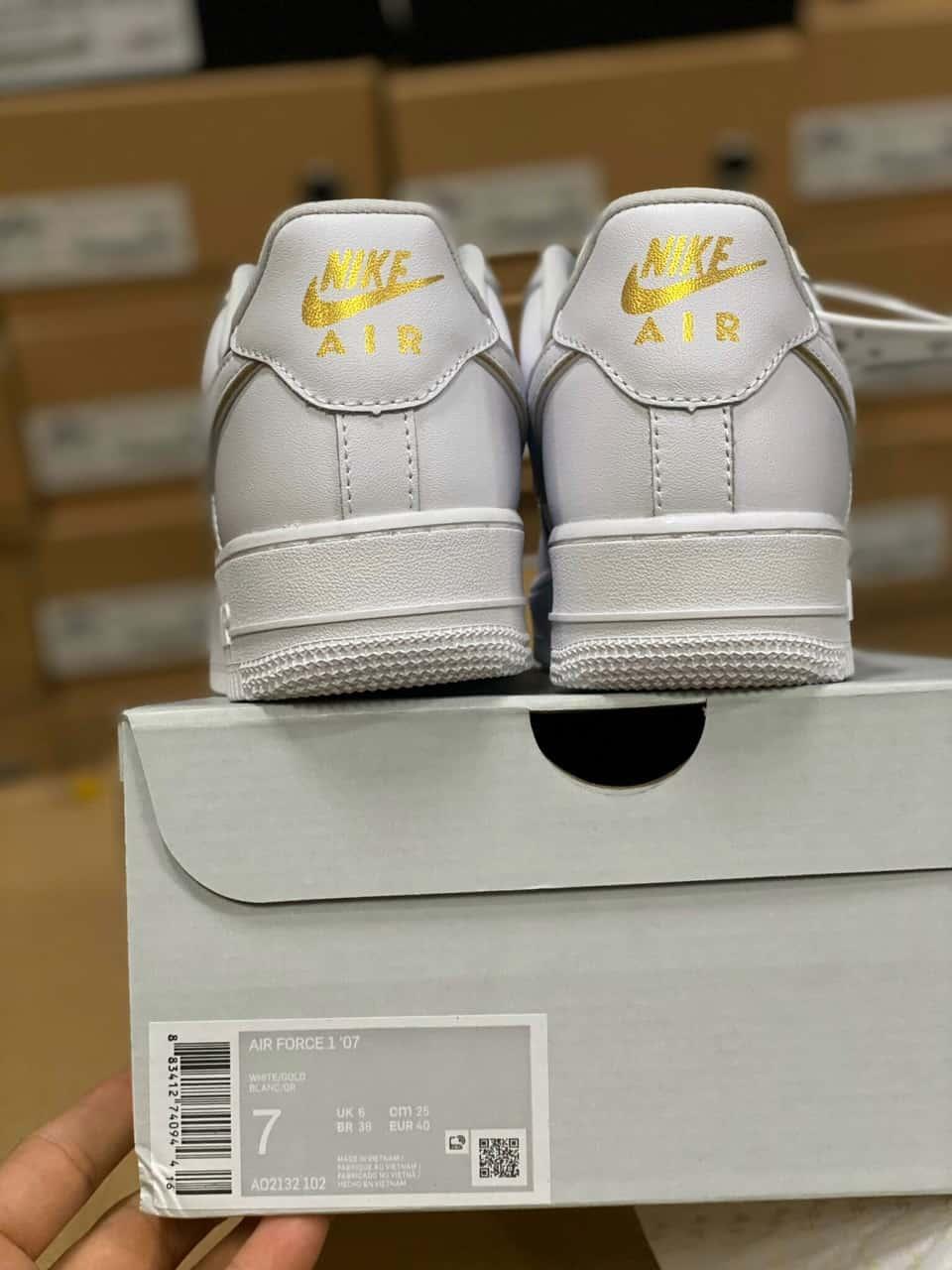 Giày thể thao Nike Air Force 1 Viền Vàng phù hợp với mọi thời trang cá tính