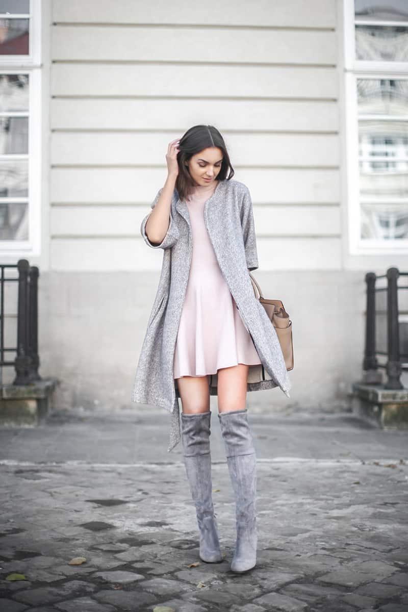 Kết hợp boot cao quá gối, áo khoác dài cùng đầm xòe