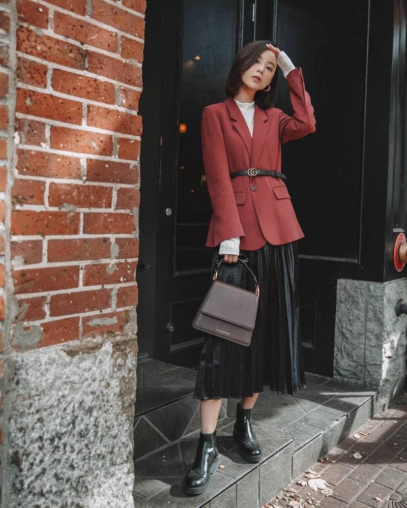 Kết hợp boot cổ thấp cùng chân váy dài và áo vest
