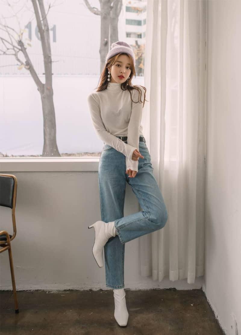 Set boot cổ thấp, quần jean ống loe và áo len