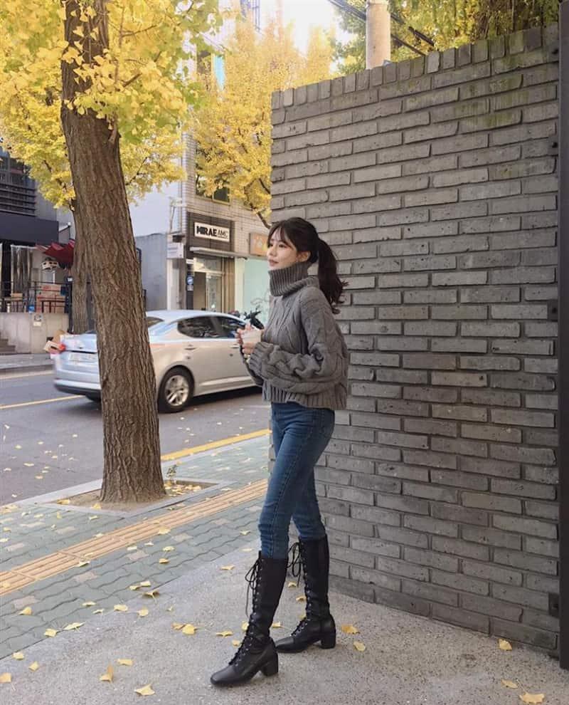 Cách phối giày boot nữ cao cổ cùng quần Jean và Áo len