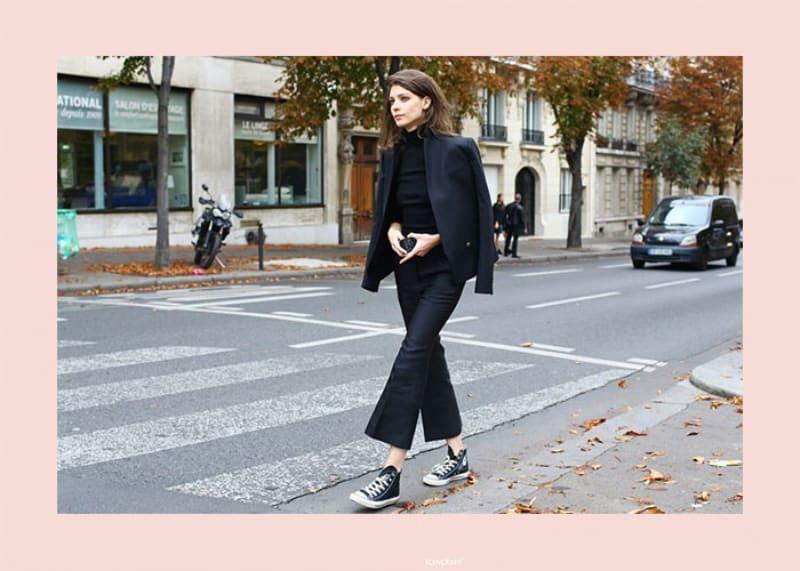 Quần âu kết hợp giày cổ cao Converse tạo nên phong cách thanh lịch, thoải mái
