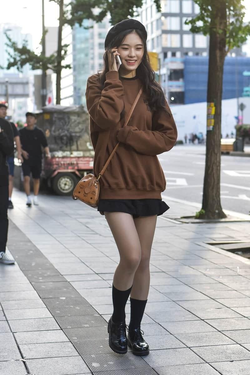 Phối giày oxford với chân váy ngắn