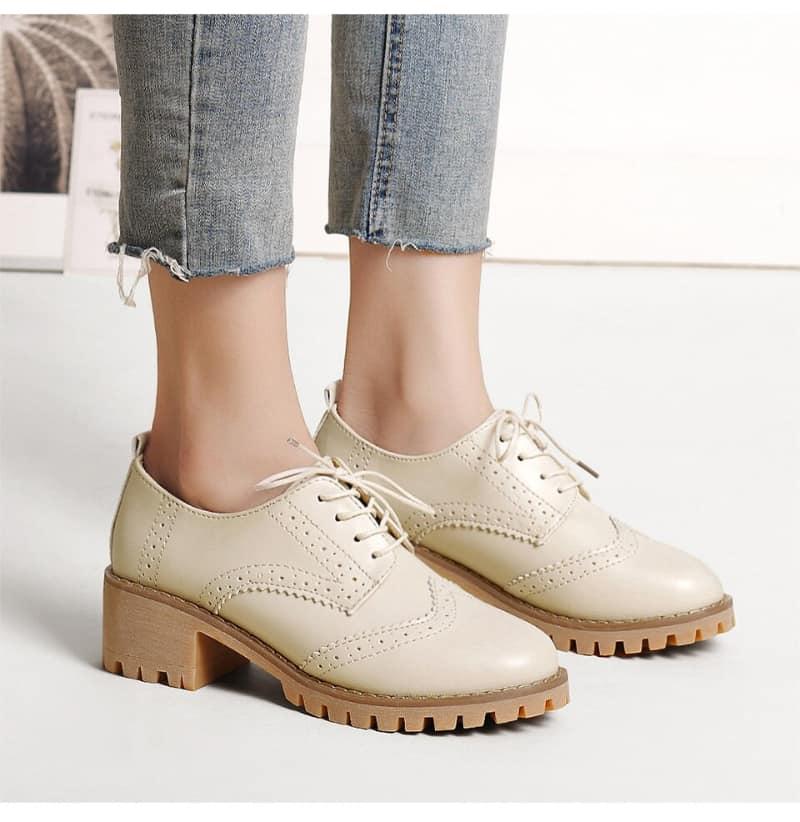 Phối quần jeans với giày Oxford sẽ tạo phong cách thanh lịch, nhẹ nhàng