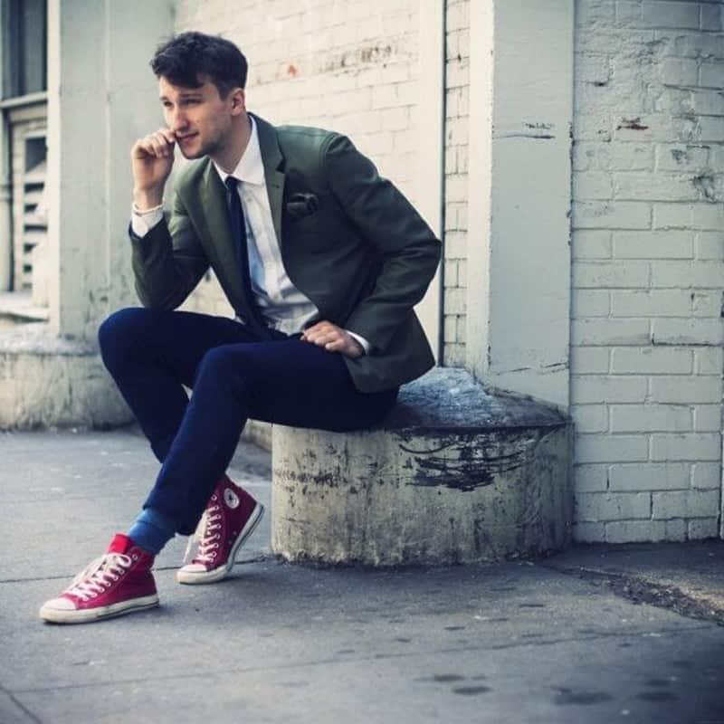 Cách phối đồ nam với giày converse cùng chiếc áo sơ mi, quần jean đi kèm blazer