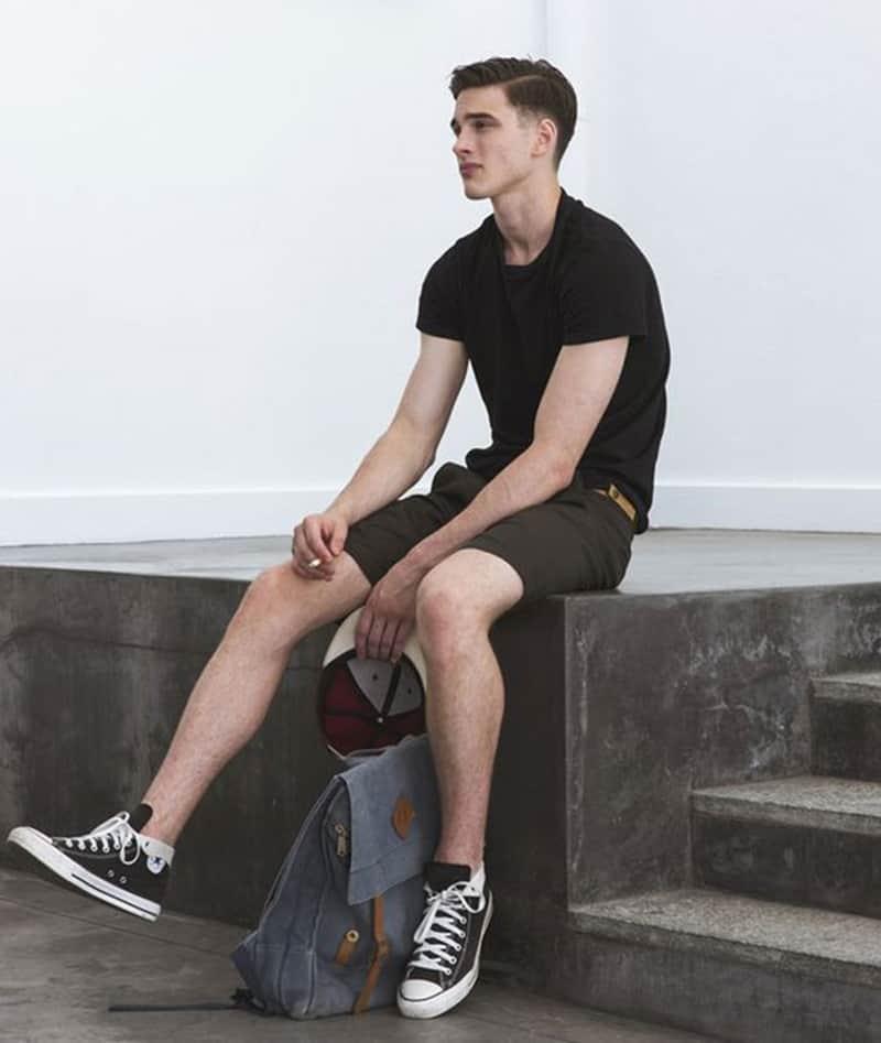 Cách phối đồ với giày converse nam chuẩn men là hãy mix cùng quần short
