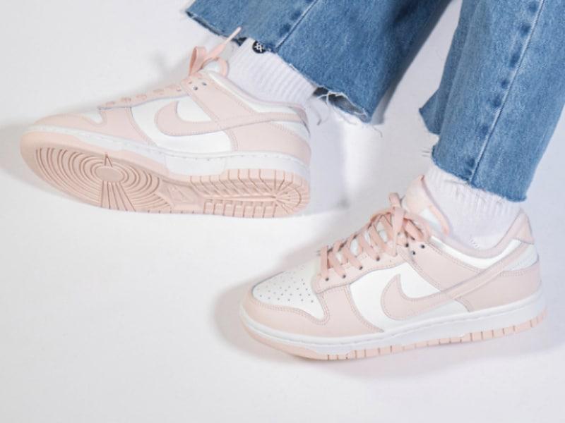 Phối giày hồng với quần jean là một sự kết hợp đơn giản nhưng hiệu quả
