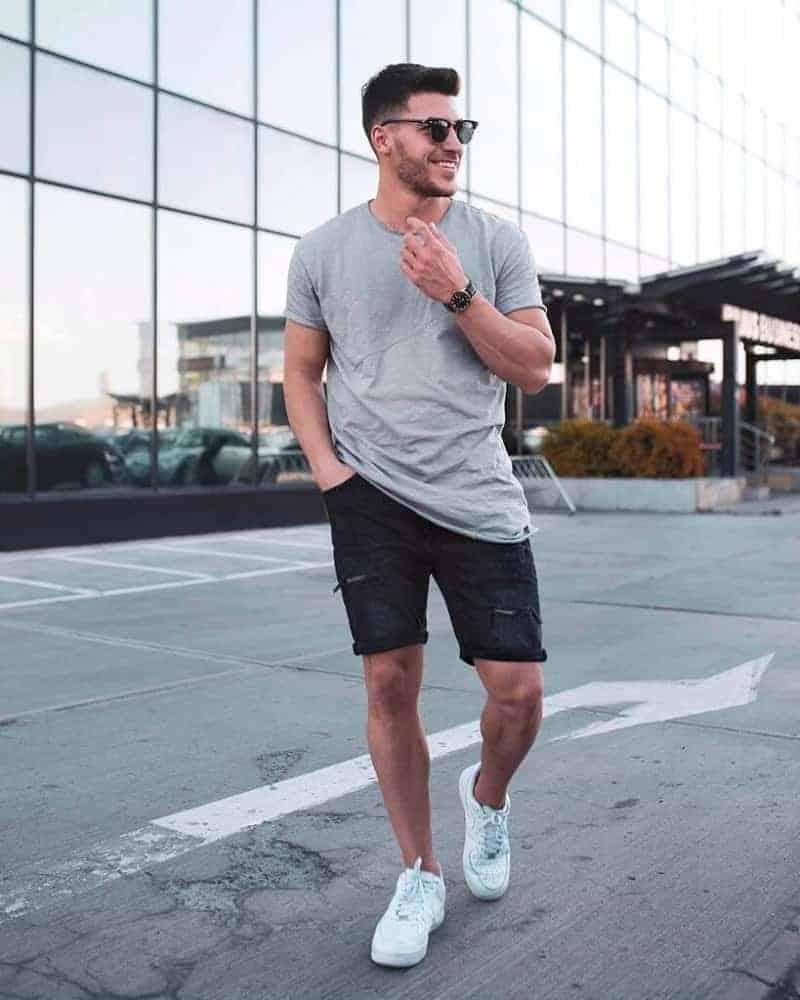 Mặc áo thun, quần short kết hợp với giày thể thao là sự lựa chọn hoàn hảo