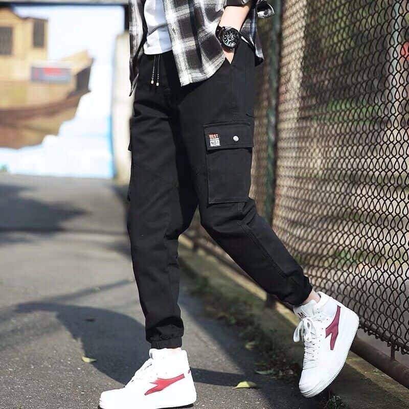 Quần jogger phối đồ với giày sneaker nam được nhiều bạn trẻ ưa chuộng