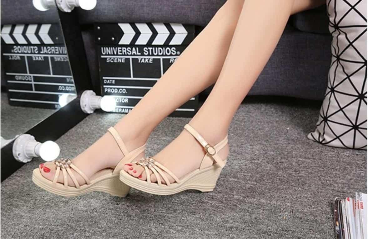 Đôi sandal đế xuồng giúp bạn vẫn thoải mái, tự tin mà lại tôn lên sự duyên dáng