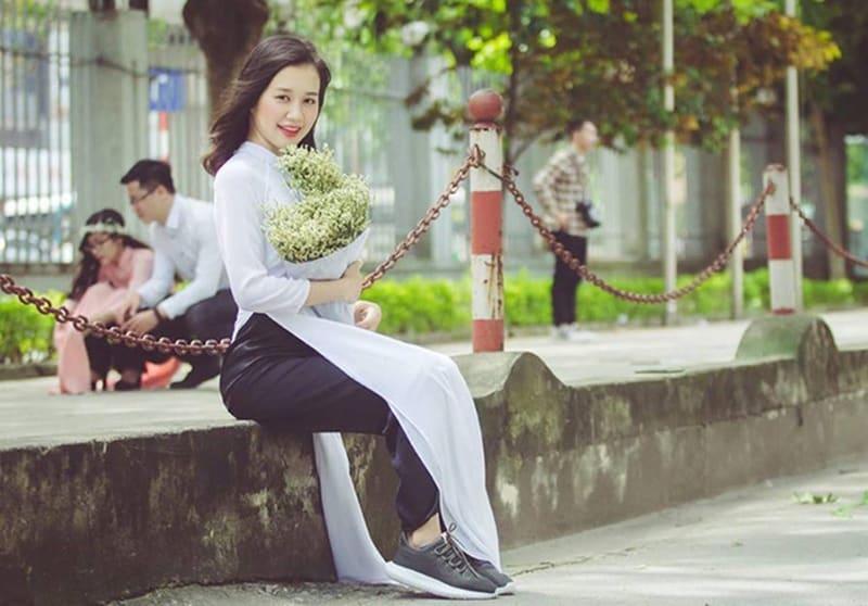 Giày Sneaker kết hợp áo dài cho cô nàng theo đuổi style cá tính, năng động
