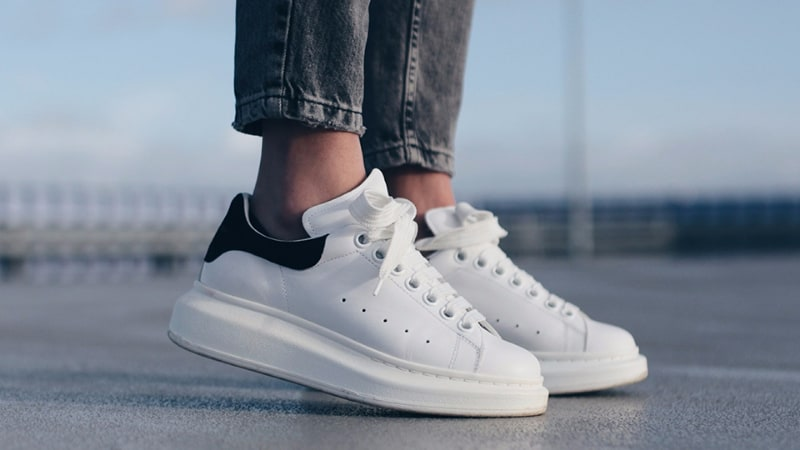Mcqueen luôn có một phong cách rất riêng ở thị trường Sneaker