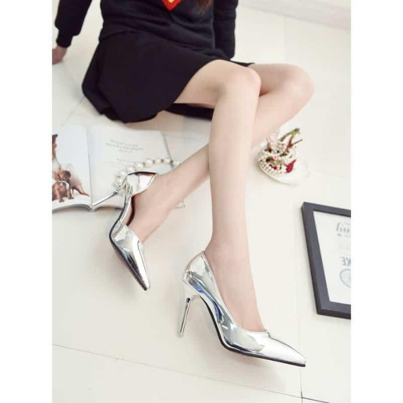 Các mẫu giày màu bạc tạo nên sự sang trọng quyến rũ