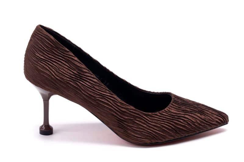Giày nâu mix cùng váy đen mang đến sự thanh lịch, nhã nhặn