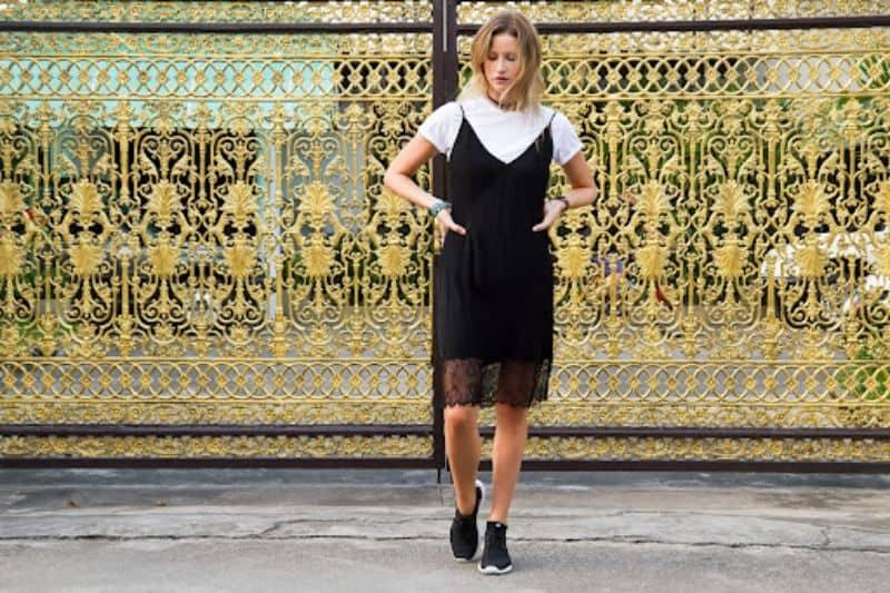 Một bộ đầm đen điểm xuyết bằng đôi sneaker sẽ giúp nàng trở nên năng động