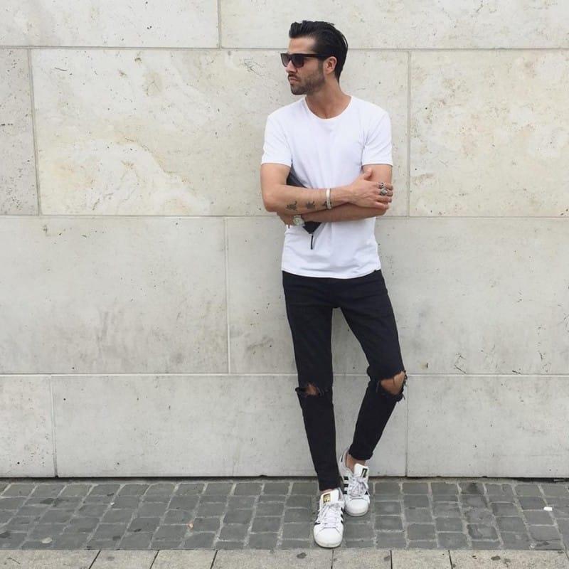 Áo thun cùng quần jean phối đồ với giày trắng lại khá bụi bặm