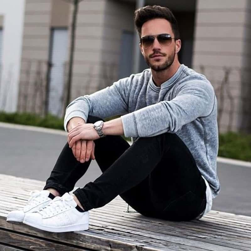 Những chiếc áo sweater đi cùng giày trắng tôn lên sự trẻ trung, năng động