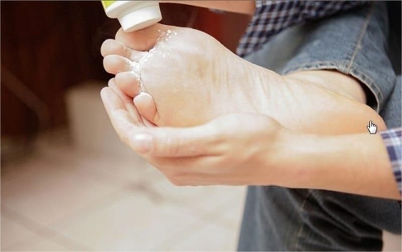 Phấn rôm sẽ giúp chân bạn khô thoáng, giảm mùi hôi hiệu quả