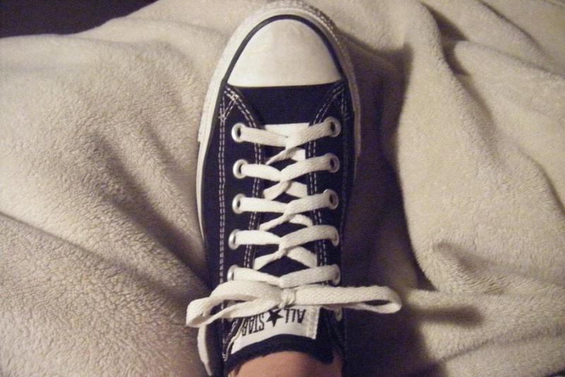 Cách xỏ dây giày Converse cổ thấp theo kiểu Loop back