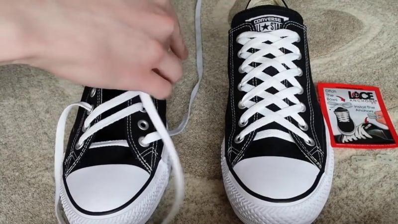 Cách cột dây giày Converse theo kiểu mắt cáo
