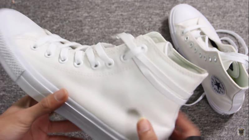Cách buộc dây giày Converse quanh cổ độc lạ