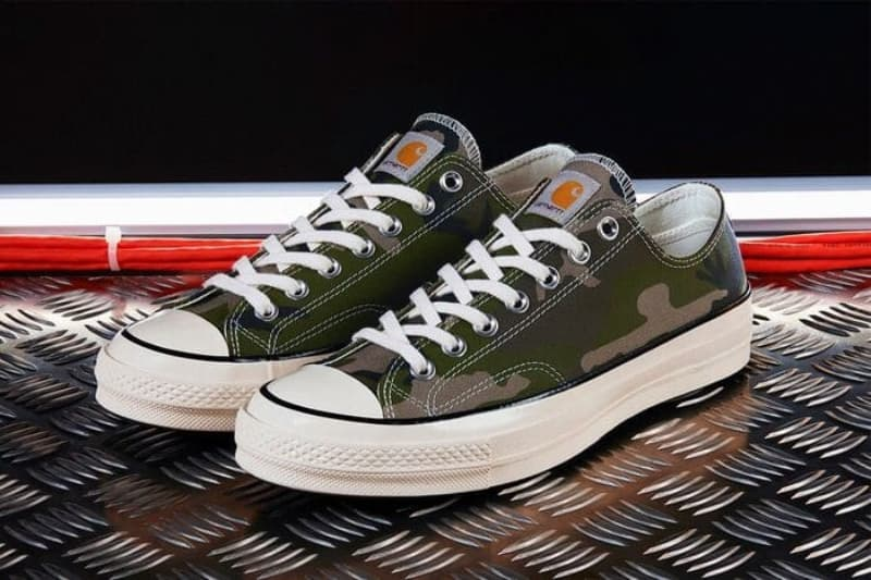 Tiến hành các bước buộc dây giày Converse cổ thấp đan xéo đơn giản