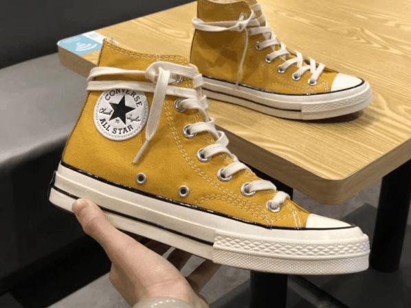 Buộc dây giày cao cổ Converse theo phong cách quấn quanh cổ!