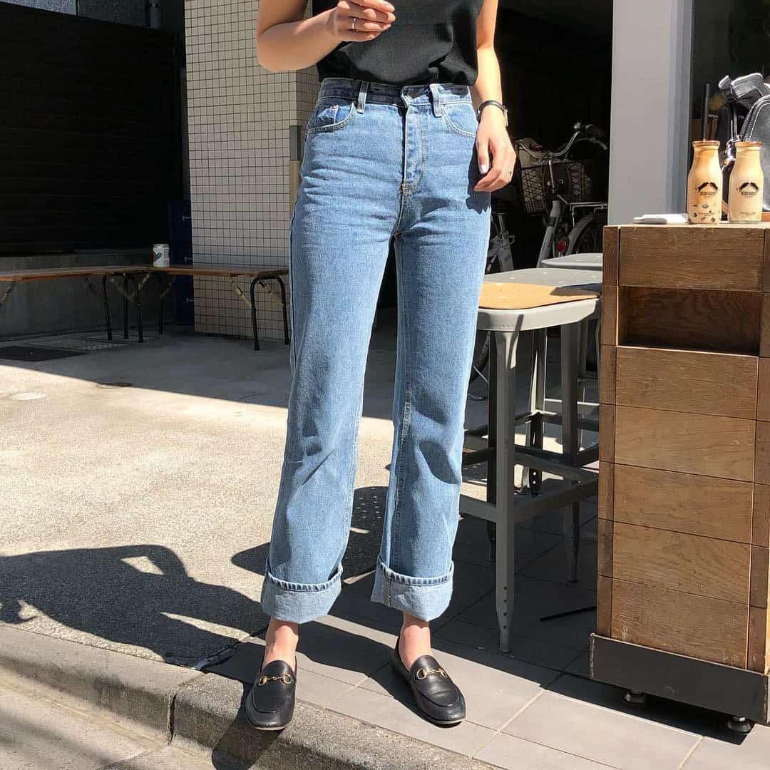 Kết hợp giữa quần ống loe và giày bệt là là cách trả lời khác cho quần ống loe đi giày gì