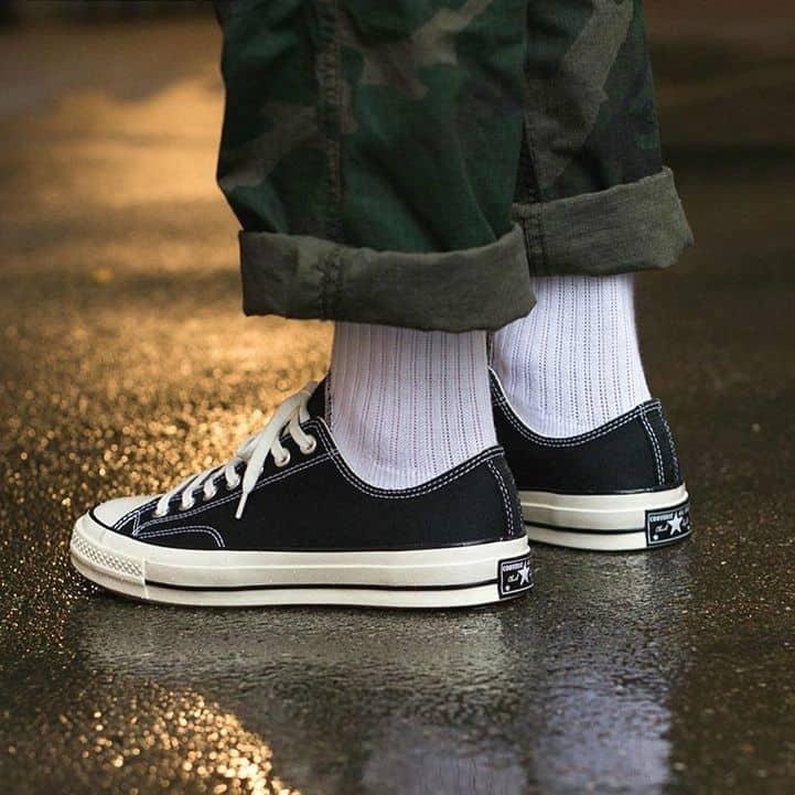 Hiện đại và tinh tế khi kết hợp giày Converse với quần ống rộng