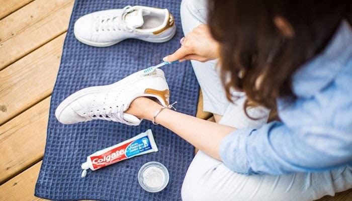 Kem đánh răng giúp tẩy vết bẩn trên giày vô cùng hiệu quả