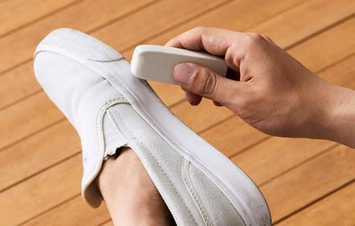 Tẩy bút chì có thể tẩy vết bẩn trên giày