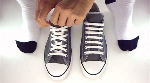 Xỏ dây giày có số lỗ lẻ còn có cách là xỏ chồng lên nhau