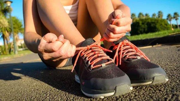 Thắt chặt dây giày hơn để giày ôm sát chân