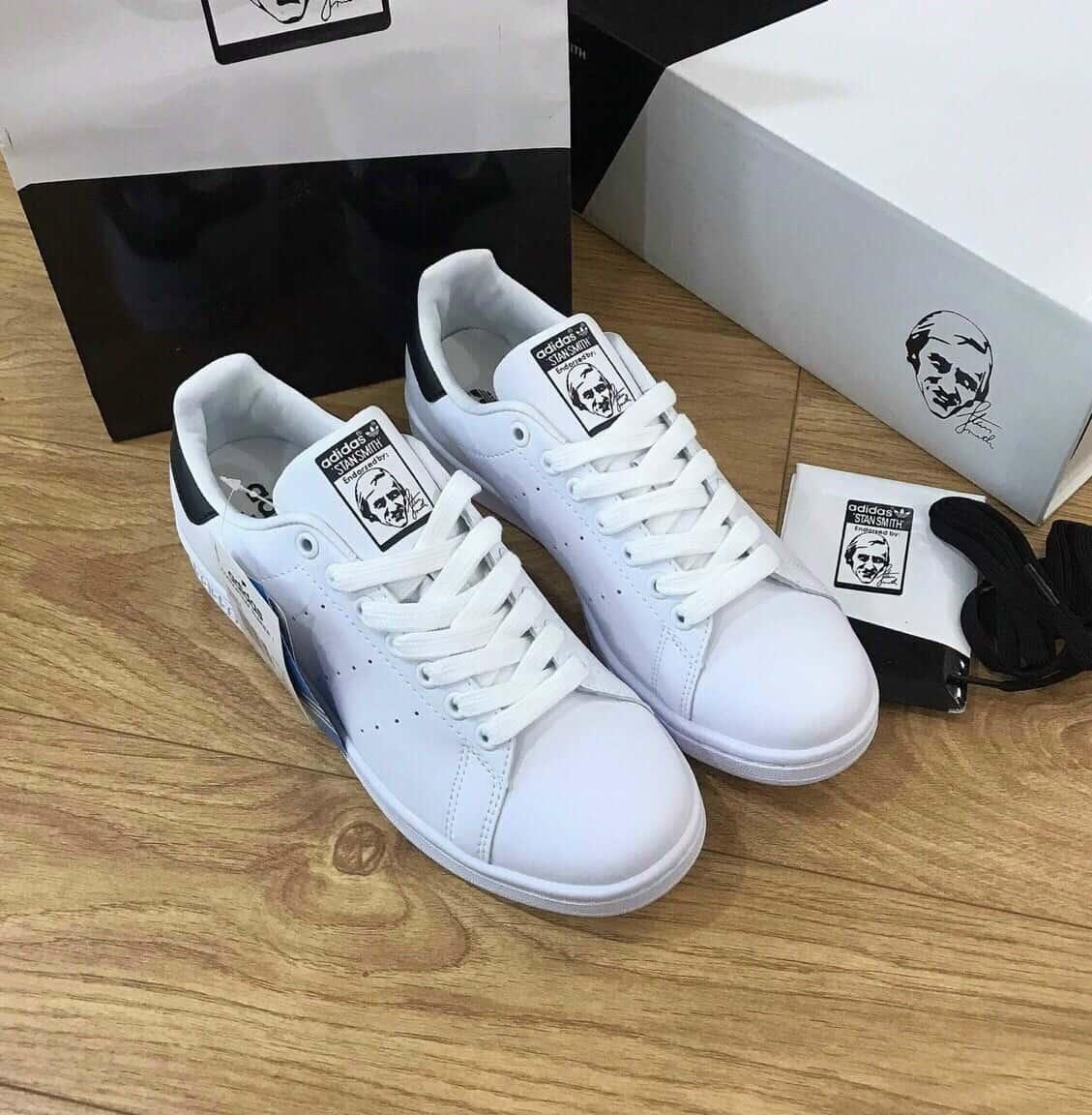 Phong cách thể thao trẻ trung với giày Adidas trắng