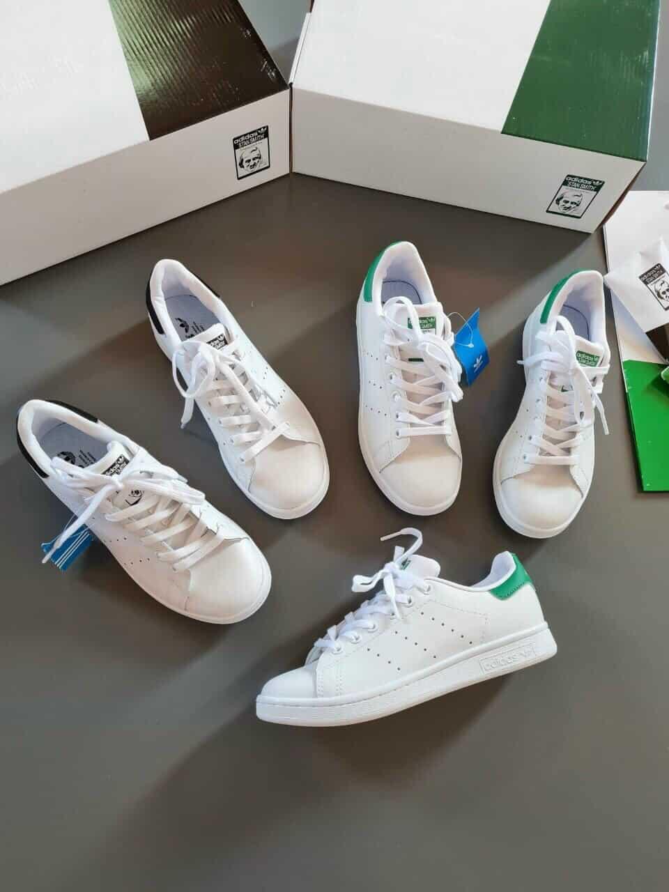 Phối giày Adidas trắng với áo phông và chân váy ngắn năng động