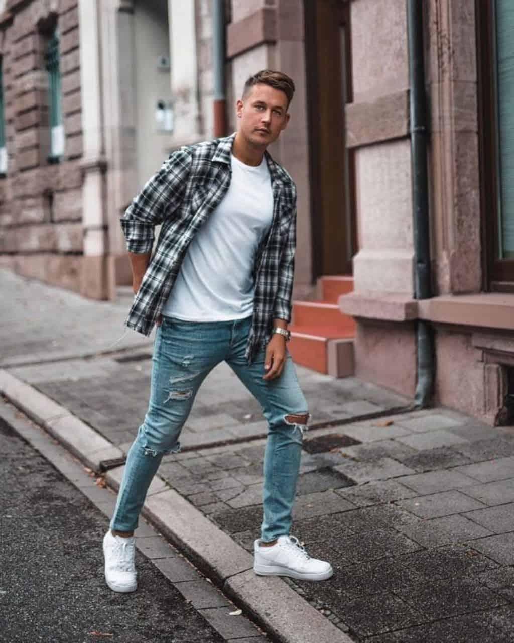 Phối Sneaker với quần jean dài, áo sơ mi khoác ngoài